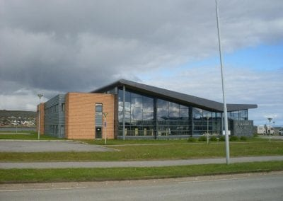 Avstandsbilde av Vadsø bibliotek sommerstid