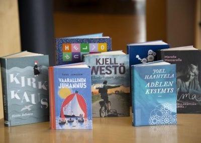 Fotografi av finske, oppstilte bøker