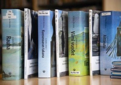 Fotografi av oppstilte kvenske bøker