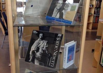 Fot av utstillingsmonter i biblioteket. Utstillingen er av jazz pampletter og vinylplater